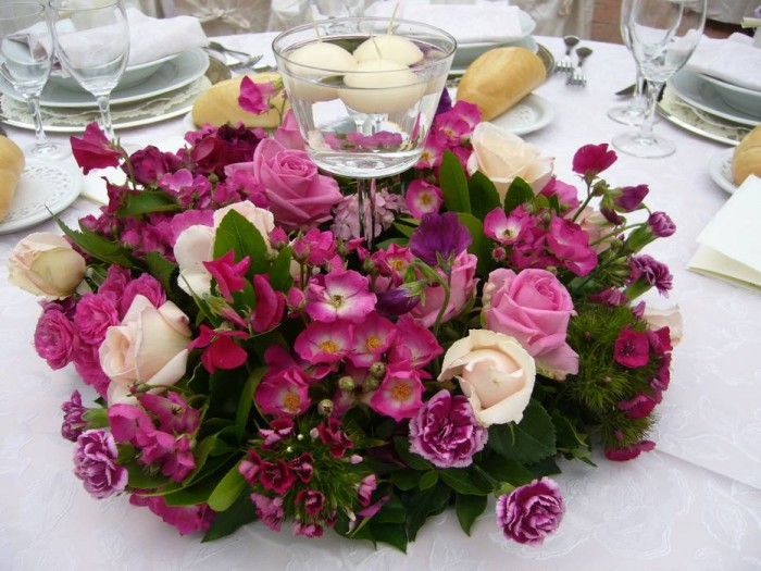 A centerpiece made of garden roses in the shades of pink