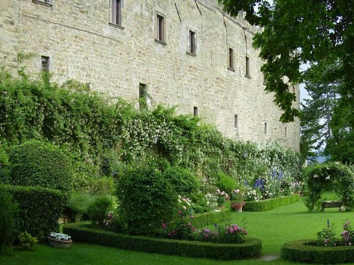 The castle garden (photo by Ezio Bardi)