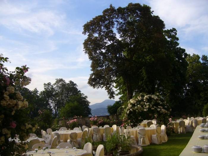 Il giardino apparecchiato per un aperitivo (Top Catering)