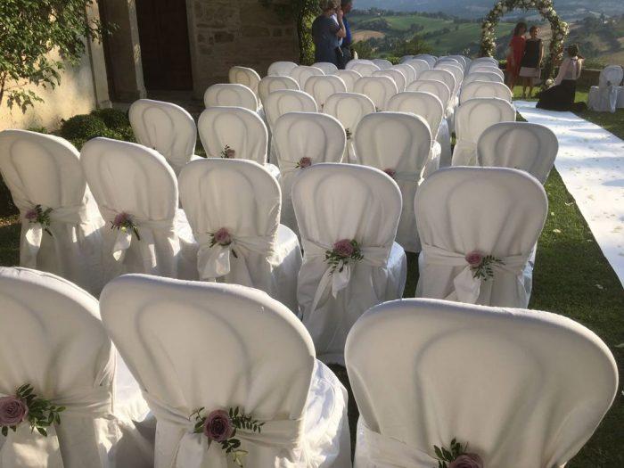Rose  color malva nel fiocco delle sedie