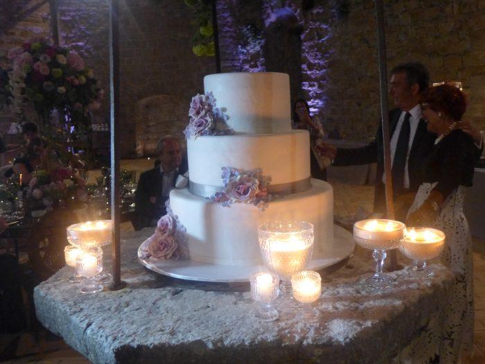 La torta circondata di candele